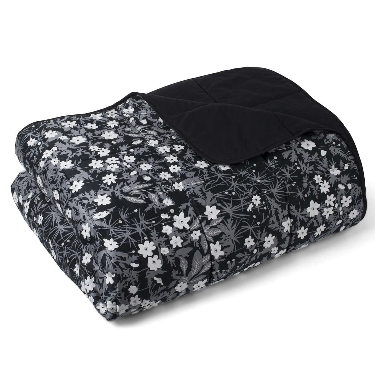 Det blomstrede sengetæppe fra Design Letters fås i interiørshoppen